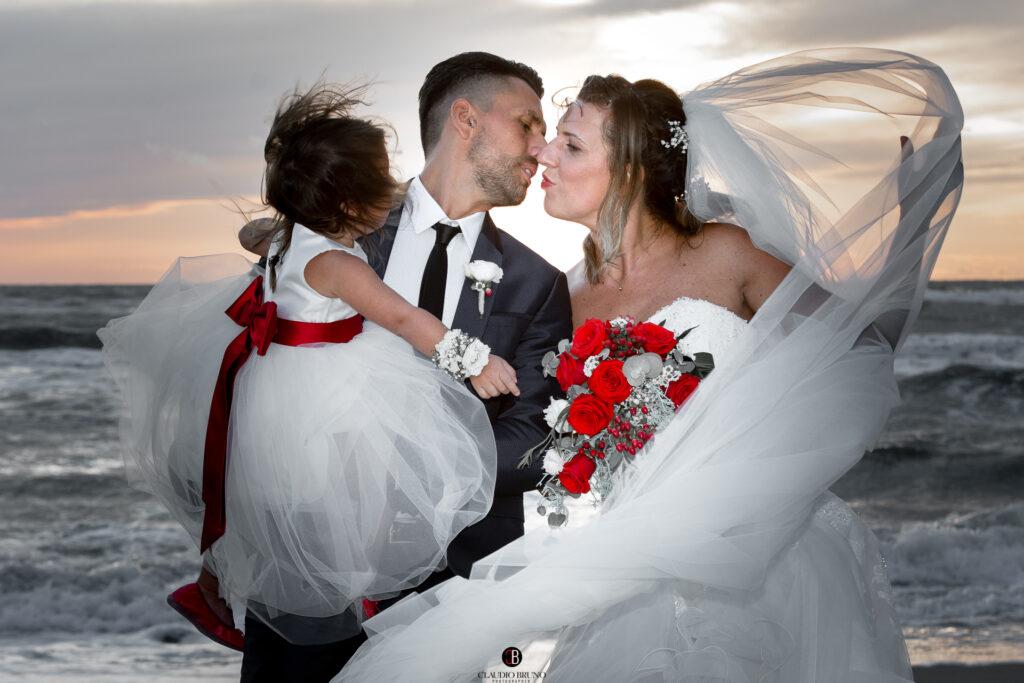 matrimonio in spiaggia baci e amore
